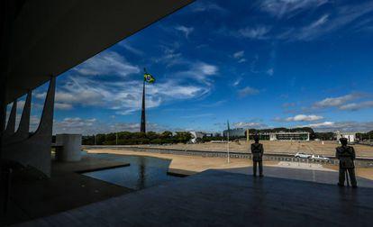 Vista da Praça dos Três poderes de dentro do Palácio do Planalto.
