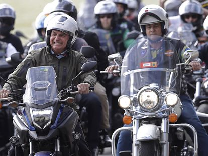 Bolsonaro pilota moto com apoiadores por ocasião do Dia das Mães, no domingo, em Brasília.