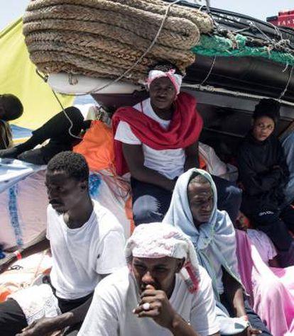 Imigrantes a bordo do Aquarius.