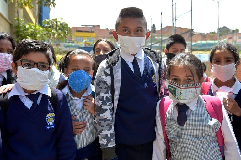 Estudantes colombianos usam máscaras por causa da epidemia de coronavirus.