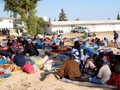 Refugiados que estavam detidos em delegacia bombardeada na Líbia dizem que os carcereiros alvejavam os imigrantes que tentaram escapar durante o ataque aéreo
