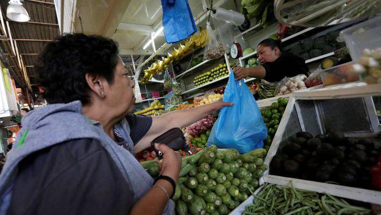 Mulher faz compras na Cidade do México