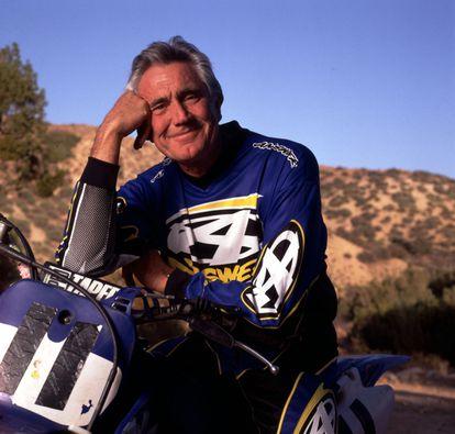 George Lazenby sobre sua motocicleta em 1999, na Califórnia, 30 anos depois de dar vida a James Bond.