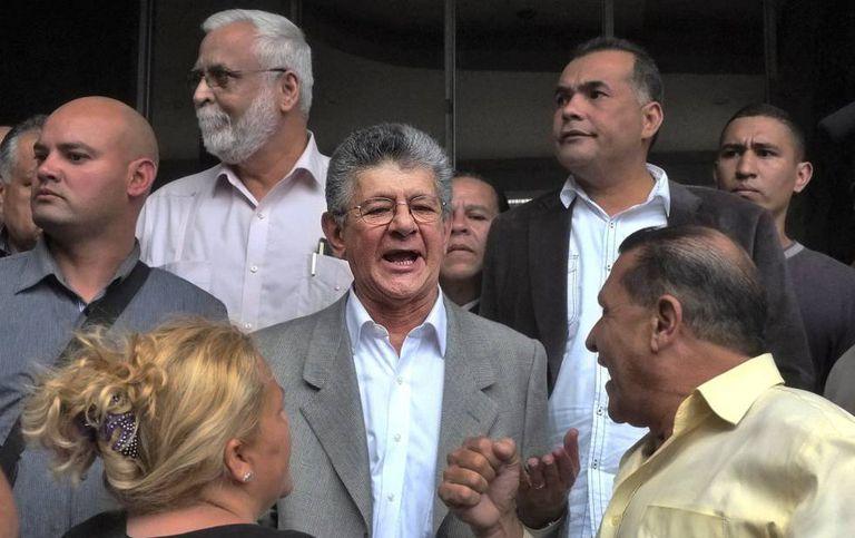 Novo presidente da Assembleia Nacional, deputado Henry Ramos Allup (centro).