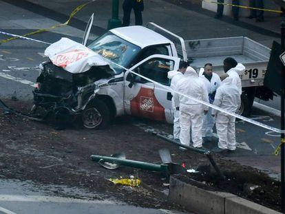 Investigadores inspecionam caminhonete usada por terrorista em ataque em Nova York.
