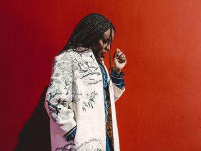 """Chimamanda Ngozi Adichie  """"Não estava em meus planos ser um ícone feminista""""."""