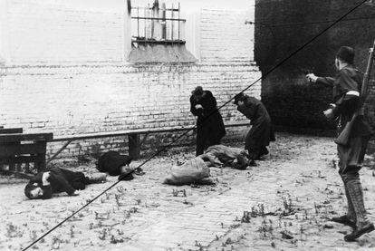 Um paramilitar letão assassina judeus em uma rua de Riga, em julho de 1941. A invasão nazista da URSS representou o início do assassinato maciço dos judeus europeus.