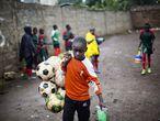 La portera del equipo sub-12 femenino de Acakoro Academy transporta todas las pelotas de fútbol después de un entrenamiento en el barrio de Kariobangi, Nairobi, el 22 de febrero de 2021. Ese mes han podido retomar los entrenamientos después de que a mediados de marzo de 2020 se suspendieran todas las actividades deportivas en Kenia debido al nuevo coronavirus. Durante todo este tiempo, las jugadoras se han entrenado en sus casas en solitario, lo que algunas han definido como aburrido y desmotivador..
