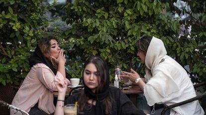 Mulheres iranianas em um café no bairro de Ekbatan, na zona oeste de Teerã, na sexta-feira passada.