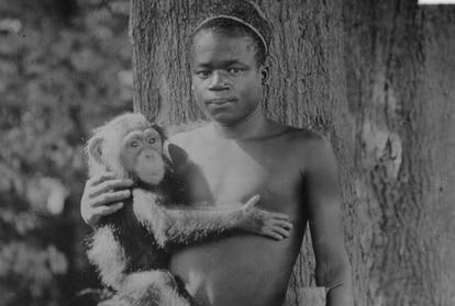 Ota Benga,  uma das vítimas dos zoológicos humanos, exibido no final do século XIX em Nova York com um macaco.