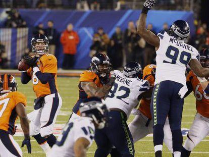 O quaterback dos Broncos, Peyton Manning, se prepara para dar um passe.
