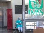 Personal medico en la puerta de ingreso a la zona de infectolog'a del hospital La Raza el d'a 05 de mayo de 2020. El hospital  de La raza es uno de los puntos cr'ticos de atenci—n al COVID-19.