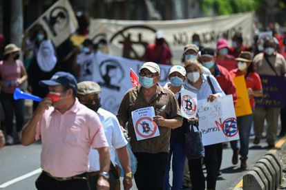 Um grupo de salvadorenhos participa de uma manifestação contra a adoção do bitcoin como moeda oficial de El Salvador.