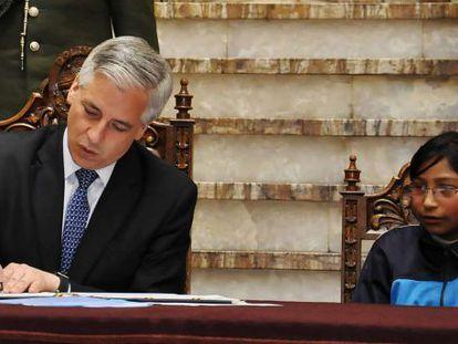O vice-presidente, García Linera, assina a nova lei.