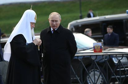 Putin e o patriarca Kiril, da Igreja Ortodoxa Russa, numa cerimônia na Praça Vermelha, em Moscou, em novembro passado.