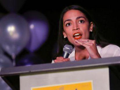 A democrata Ocasio-Cortez, que trabalhava como garçonete e será a mais jovem do Capitolio, diz ter dificuldades para costearse um apartamento ante sua chegada à capital