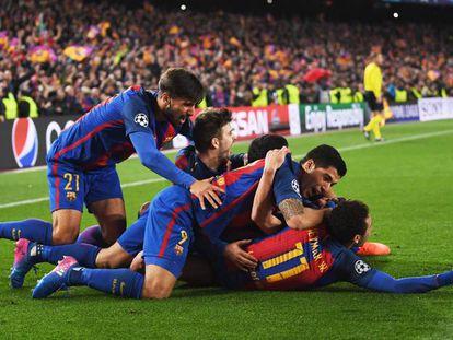 Jogadores comemoram o gol de Sergi Roberto, o sexto do Barça.