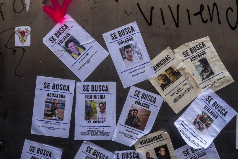 Imagens de agressores sexuais exibidos durante a marcha das mulheres na Cidade do México.