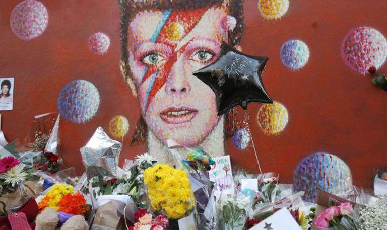 Altar junto a um mural de David Bowie em Brixton, Londres.