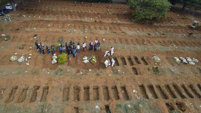 Parentes se despedem de uma vítima da covid-19 em São Paulo, em 11 de março de 2021.