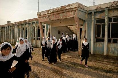 A fotógrafa Kiana Hayeri saiu do Afeganistão rumo a Doha em 15 de agosto, depois de trabalhar durante sete anos no país. Centrada na situação das mulheres e crianças afegãs, ela tirou esta foto em 5 de maio na escola feminina Marshal Dostum, em Sheberghan. A cidade foi tomada pelos talibãs em 6 de agosto.