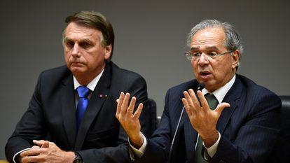 Jair Bolsonaro ao lado de Paulo Guedes durante entrevista coletiva nesta sexta-feira.