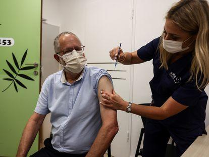 Doutor Ziv Feldman recebe a terceira dose da vacina contra a covid-19 em Israel.