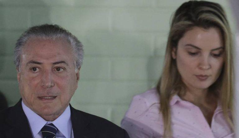 Temer deixa o hospital com a mulher, Marcela.