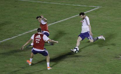 Messi treina com a seleção argentina no estádio do Barradão.