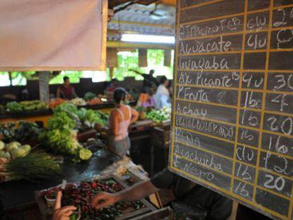 Uma tabela de preços em um mercado de Havana.