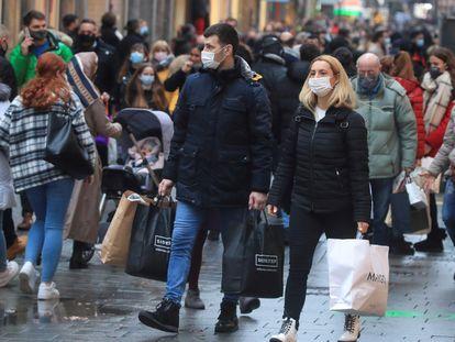 Imagem de uma rua comercial de Colônia, oeste da Alemanha, na sexta-feira.