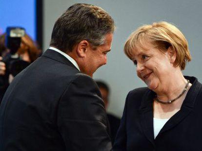 Gabriel, líder dos social-democratas, cumprimenta Merkel em seu aniversário, dia 17 de julho.