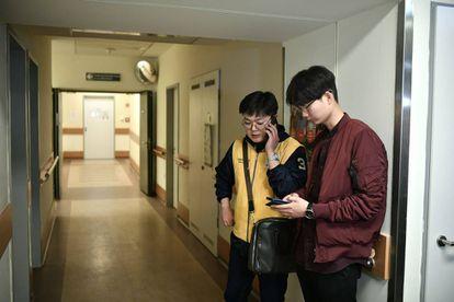 Funcionários da embaixada sul-coreana visita sobreviventes no hospital