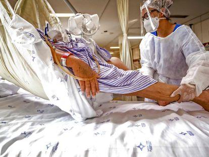 Paciente com covid-19 é tratado na UTI da Santa Casa de Misericórdia em Porto Alegre, em dezembro de 2020.