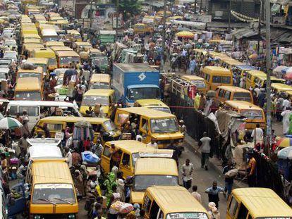 Carros e pedestres em Lagos, Nigéria.