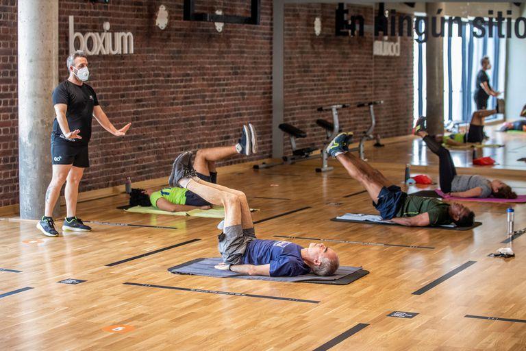 Aula de yoga na academia Gofit Vallehermoso, em Madri.