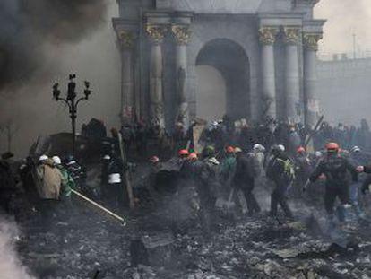 Um protesto armado avança em Kiev, no dia 20 de fevereiro.