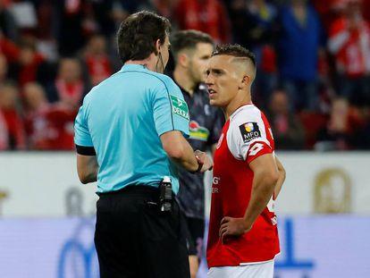 Pablo de Blasis conversa com o árbitro antes de bater o pênalti para o Mainz.