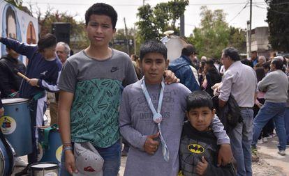Walter, de 15 anos (esquerda), e Alexis, de 14 (centro), 'expedicionários' da escola do padre Pepe.