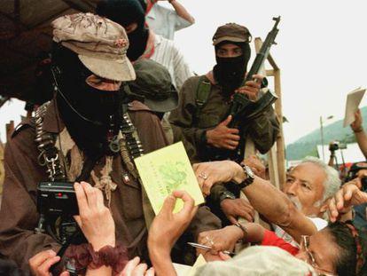 Simpatizantes pedem um autógrafo ao subcomandante Marcos em 1999.