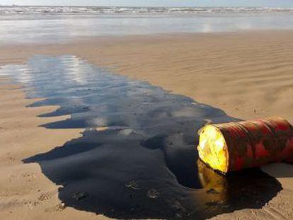 Depois dos incêndios na Amazônia, petróleo de origem desconhecida contaminam há semanas ao menos 130 praias em nove Estados do Nordeste. Bolsonaro cogita  crime