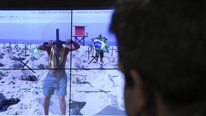 Tela exibe imagens de protesto na Praia de Copacabana em homenagem aos mortos por covid-19, durante a CPI da Pandemia do último dia 7.
