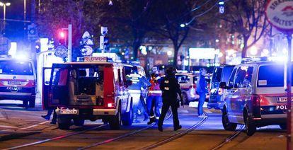 Policiais chegam em sinagoga em Viena após um dos atentados a tiros, nesta segunda-feira.