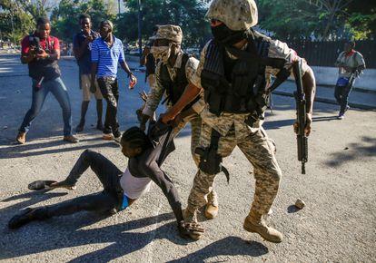 Policiais detêm um manifestante durante os protestos.