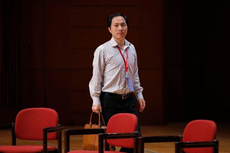 O cientista chinês He Jiankui, responsável pelo primeiro nascimento de bebês geneticamente modificados, num congresso em Hong Kong.
