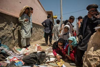 Afegãos desolados após um atentado da insurgência contra uma escola em Cabul em maio.