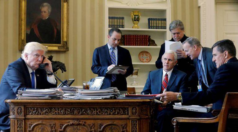 Da esquerda para a direita, Donald Trump; o chefe de gabinete, Reince Priebus; o vice-presidente Mike Pence; o estrategista-chefe, Steve Bannon, o porta-voz, Sean Spicer, e o ex-Conselheiro de Segurança Nacional, Michael Flynn.