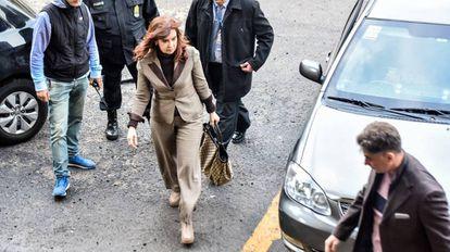 A ex-presidenta Cristina Kirchner chega à Justiça federal para depor no processo.