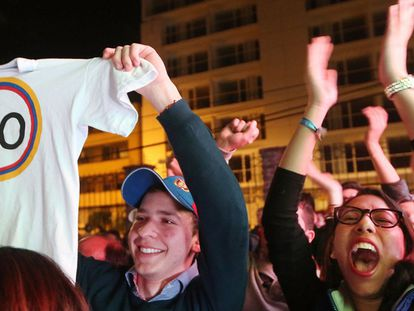 Partidários do 'não' celebram o resultado em Bogotá.