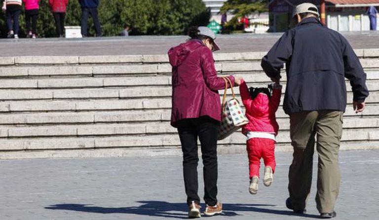 Avós passeiam com a neta em Pequim (China), em 30 de outubro.